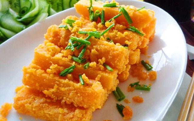Cách làm bí đỏ xào trứng vịt muối