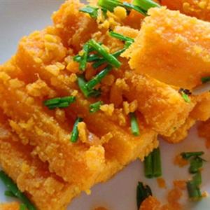 Bí đỏ xào trứng vịt muối