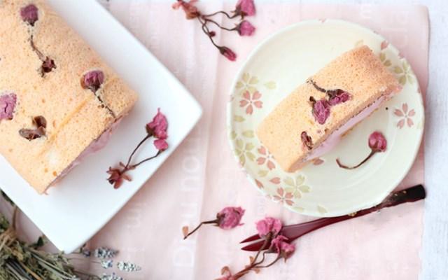 Cách làm bánh cuộn hoa anh đào