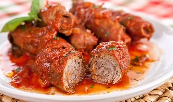Thịt bò cuộn braciole ăn với pasta kiểu Ý ngon không thể chê