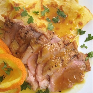 Ăn vịt quay với bánh crep cùng nước sốt cam theo kiểu Pháp