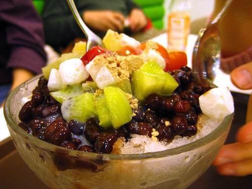 Xem các bạn Hàn Quốc ăn hoa quả dầm như thế nào