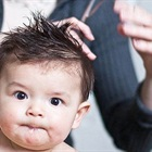 Cắt tóc máu cho trẻ sơ sinh: Nên hay không nên?