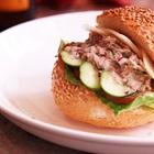 Bữa sáng nhanh gọn với bánh mì kẹp salad cá ngừ