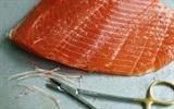 Mẹo vặt hay giúp loại bỏ xương cá hồi dễ dàng