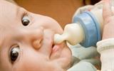 """Cách cho trẻ bú sữa """"một phát hết bình"""""""