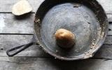 Bạn đã bao giờ sử dụng khoai tây để cọ sạch gỉ sét xoong nồi chưa?