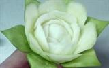 Cách tỉa hoa đẹp mắt từ cuống bầu