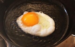 Mẹo chiên thức ăn không dính chảo mà không cần chảo chống dính