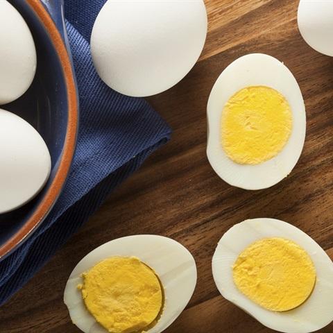 Mẹo luộc trứng dễ bóc cho món thịt kho tàu ngày Tết