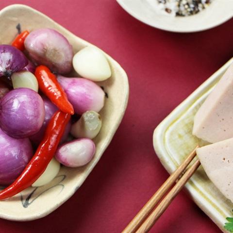 Cách làm hành tím ngâm chua ngọt đủ vị chống ngán ngày Tết