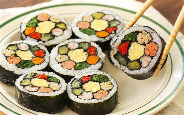Làm kimbap hấp dẫn ăn trưa cho dân văn phòng