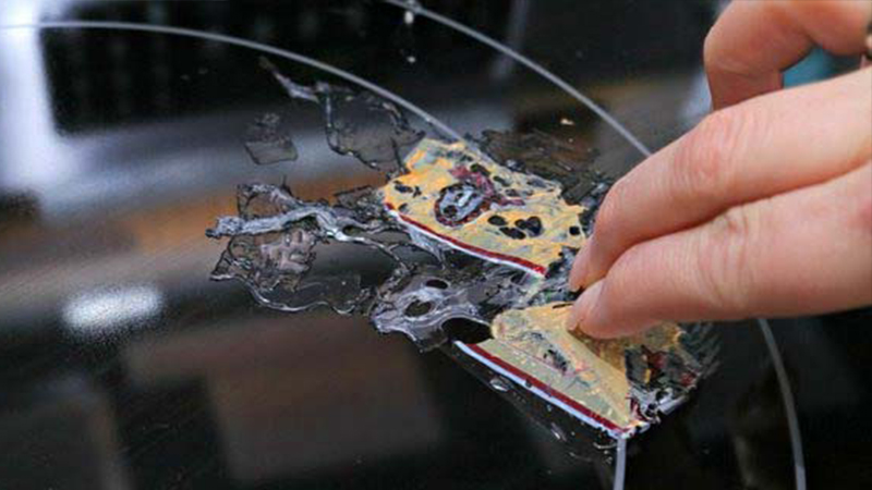 Chỉ cần 2 phút đã đánh bay vết nhựa dính trên bề mặt bếp từ