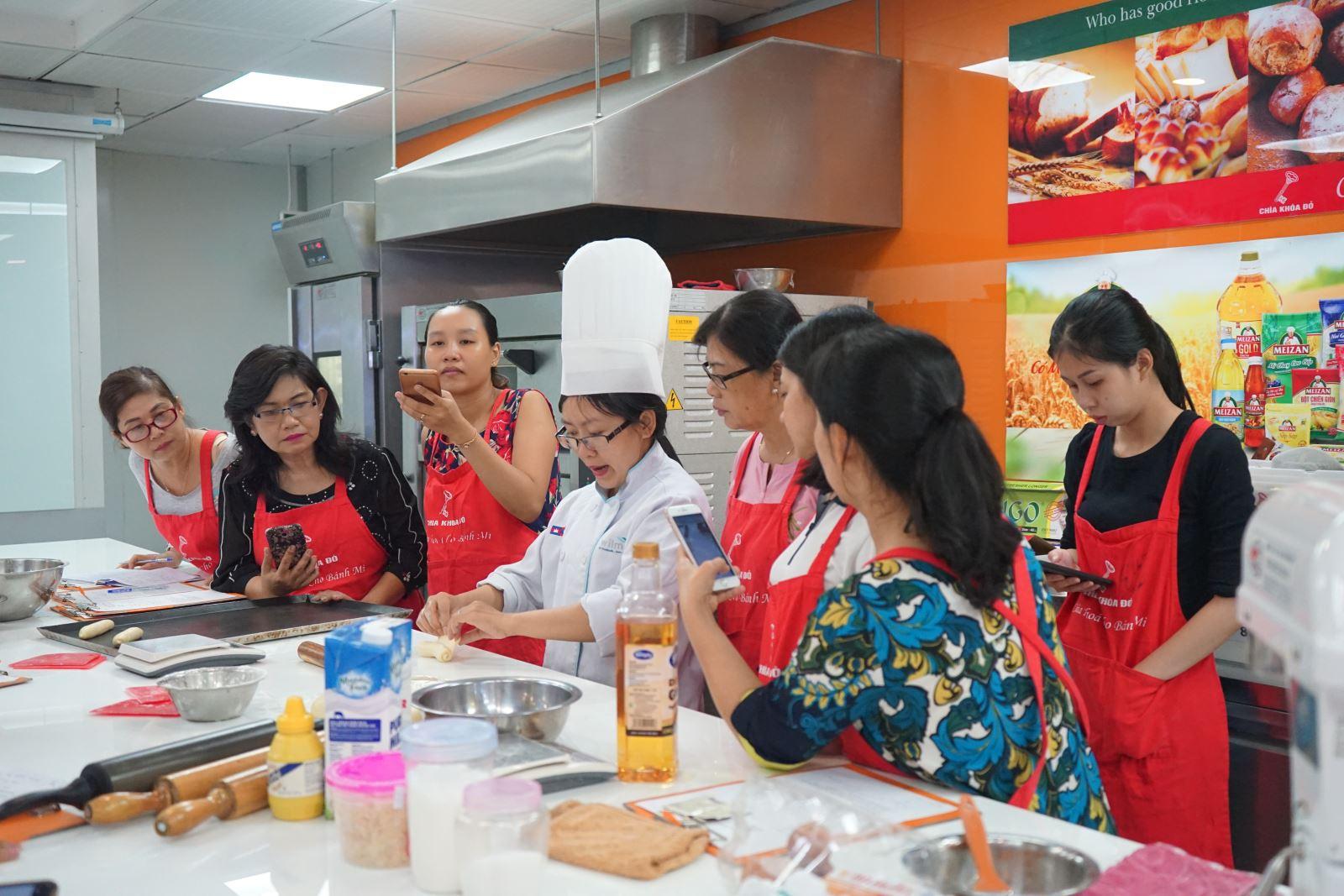 lớp học làm bánh bánh mì chà bông