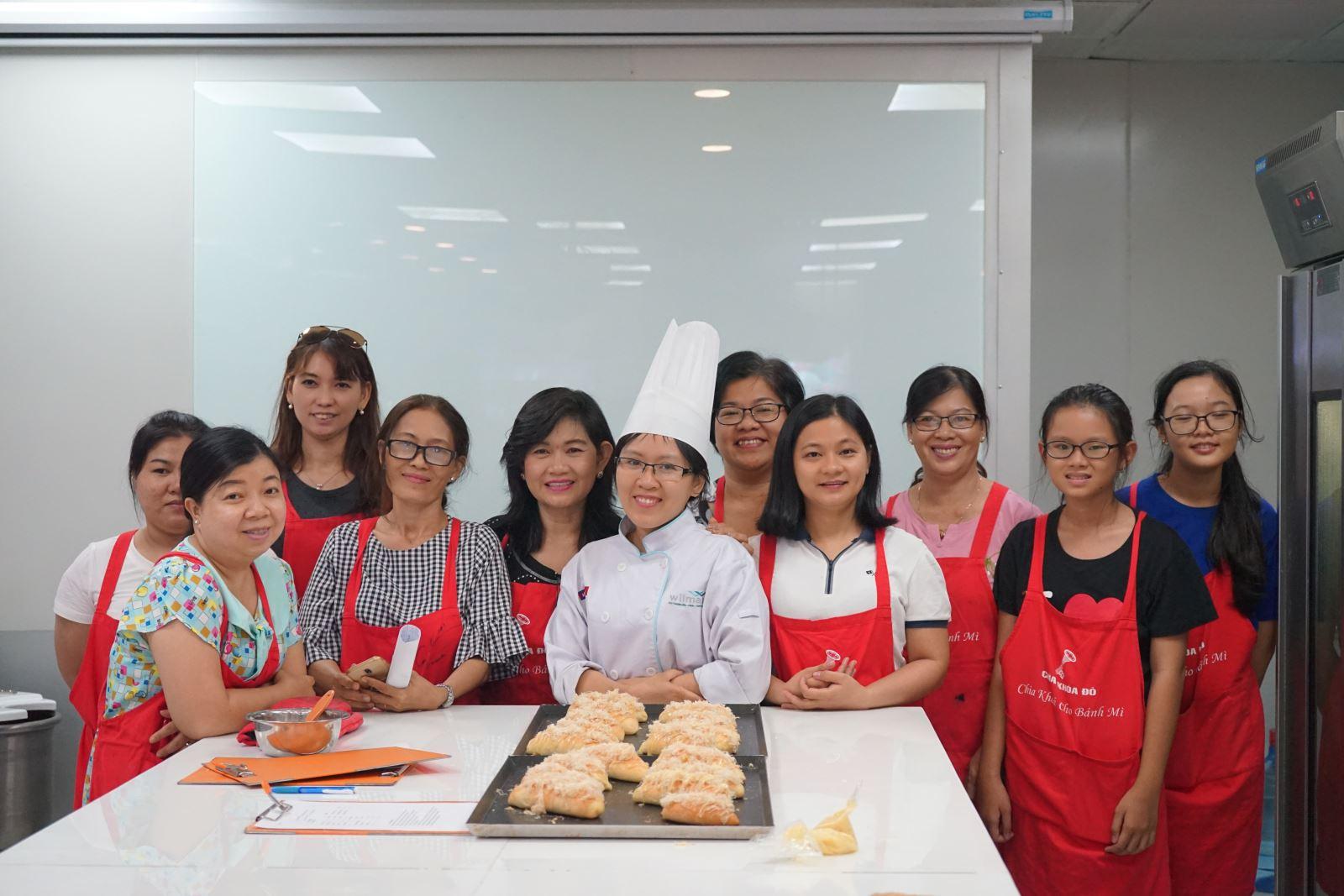 lớp học làm bánh bành mì chà bông