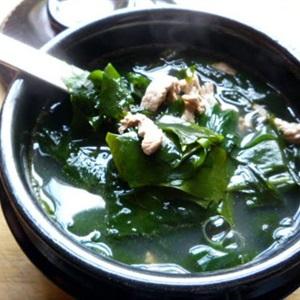 """Canh gà nấu <a href=""""https://www.rongbienhanquoc.net/san-pham.html"""" _fcksavedurl=""""https://www.rongbienhanquoc.net/san-pham.html"""">rong biển</a>"""