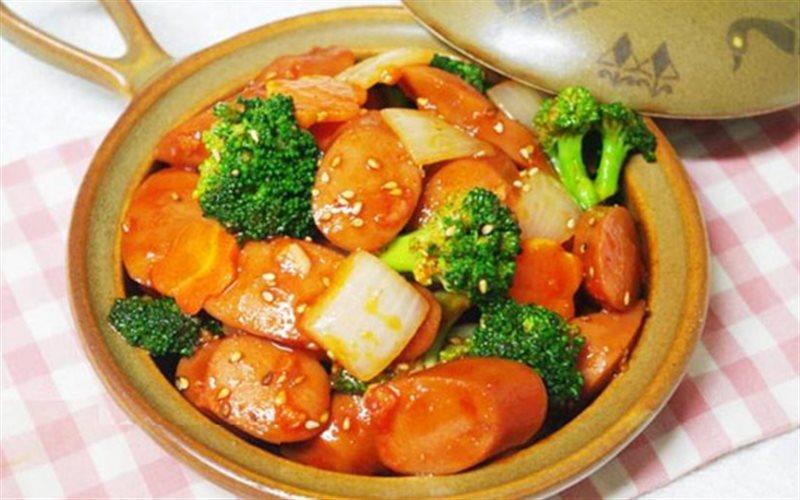 Cách làm xúc xích xào rau củ