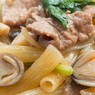 Cách làm Nui Xào Bò hành tây nấm thơm ngon đậm đà