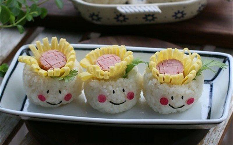 Cách Làm Cơm Cuộn Hoa Hướng Dương Thơm Ngon Ở Nhà