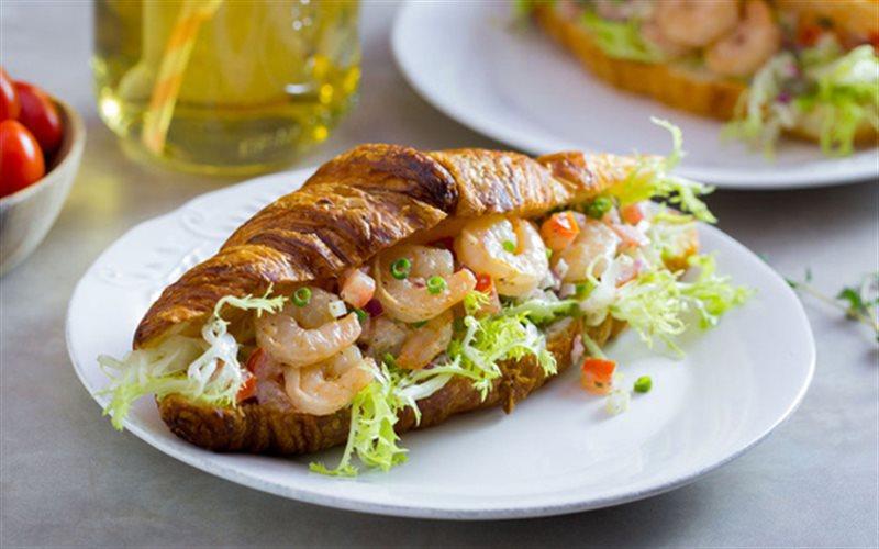Cách Làm Bánh Mì Kẹp Salad Tôm Đơn Giản Ngon Miệng