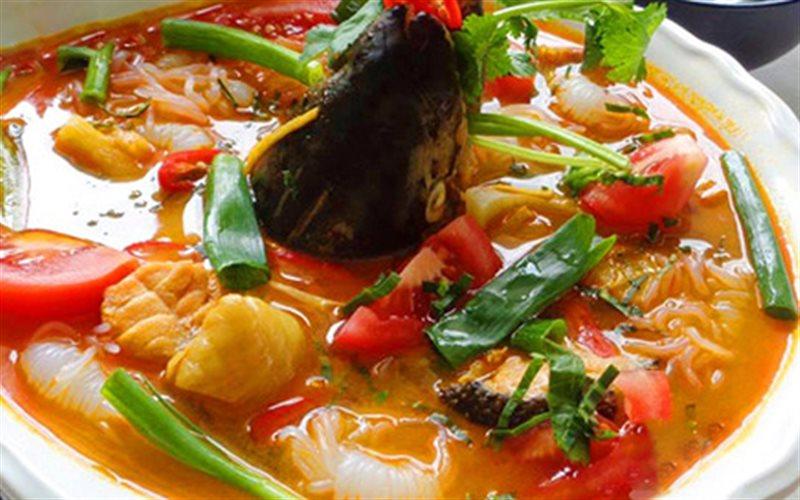 Cách làm Lẩu Đầu Cá Hồi lạ miệng bổ dưỡng tại nhà