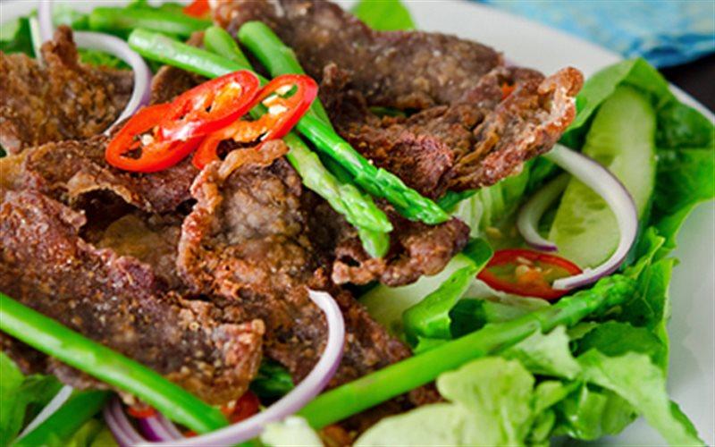 Cách làm Salad Bò Chiên thơm ngon và đơn giản cho bữa cơm