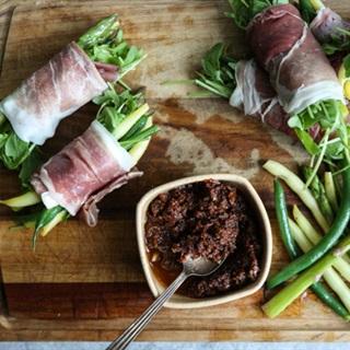 Cách làm Thịt xông khói cuộn rau xanh