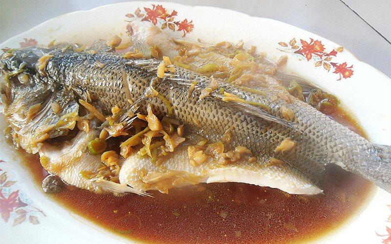 Cách làm cá vược hấp sốt cay thơm