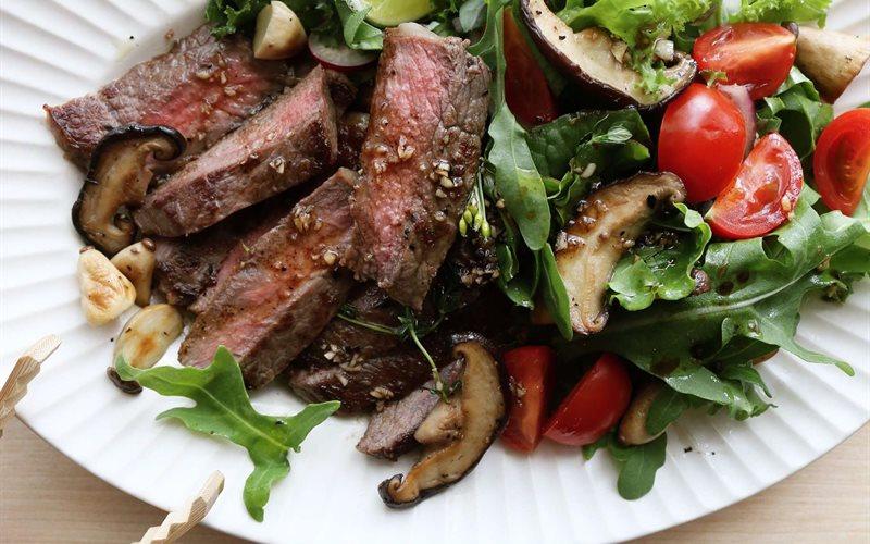 Cách làm steak bò trộn rau nấm đông cô