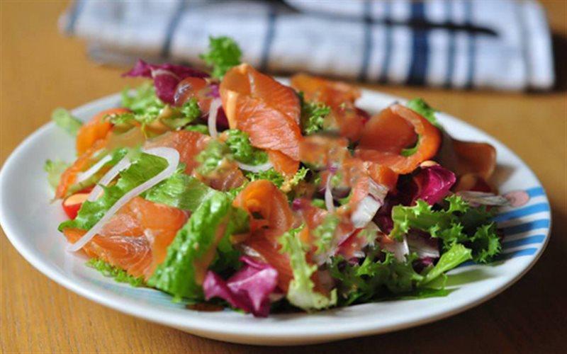 Cách Làm Salad Cá Hồi Trộn Chua Ngọt Đổi Vị Cả Nhà