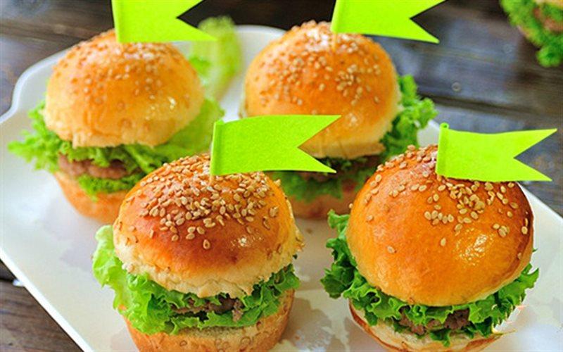 Cách Làm Hamburger Mini Nhân Thịt Bò Cho Cuối Tuần