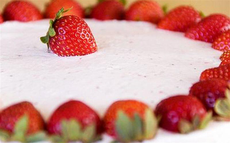 Cách làm Bánh Kem Dâu Tây xốp mềm cho hội mê đồ ngọt