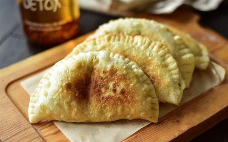 Cách làm Bánh Gối Nhân Trứng Hẹ Chiên nóng hổi cho bữa sáng