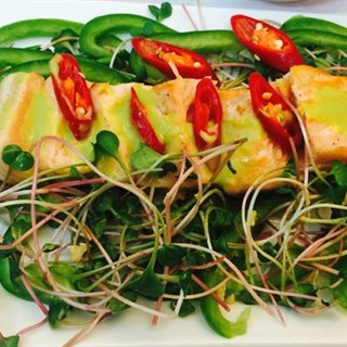 Gỏi cá hồi rau mầm ớt chuông