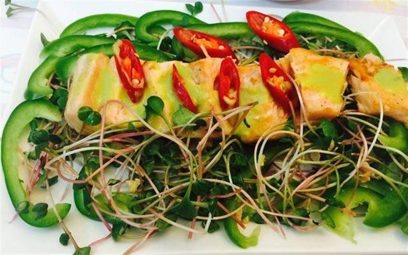 Cách làm Gỏi Cá Hồi Rau Mầm Ớt Chuông dùng ăn kiêng