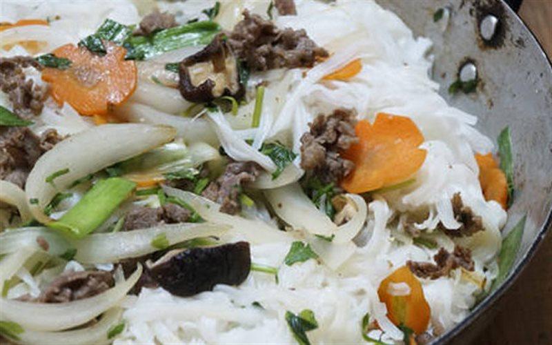 Cách Làm Phở Xào Hành Tây Thịt Bò Cho Bữa Sáng