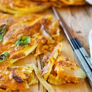 Cách làm Bánh Kim Chi giòn rụm với hành tây và mực