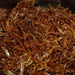 Cá cơm khô ngào đường ớt