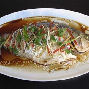 Cá chép nhồi tỏi tây hấp