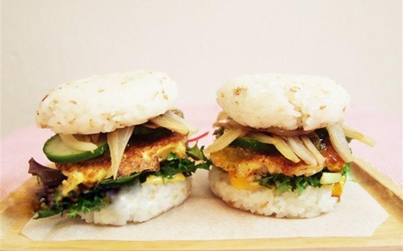 Cách Làm Hamburger Cơm Kẹp Thịt Gà Giàu Dinh Dưỡng
