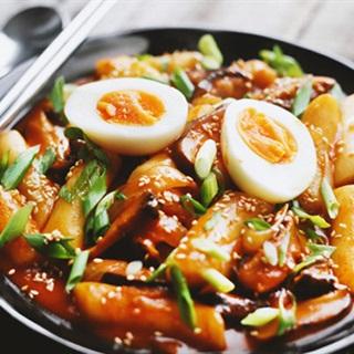 Cách làm Bánh Gạo Trứng Rau Nấm kiểu Hàn cay cay lạ miệng