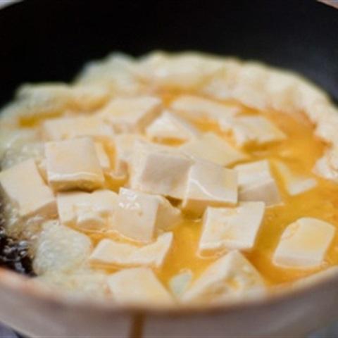 Trứng chiên đậu hũ rưới sốt cay