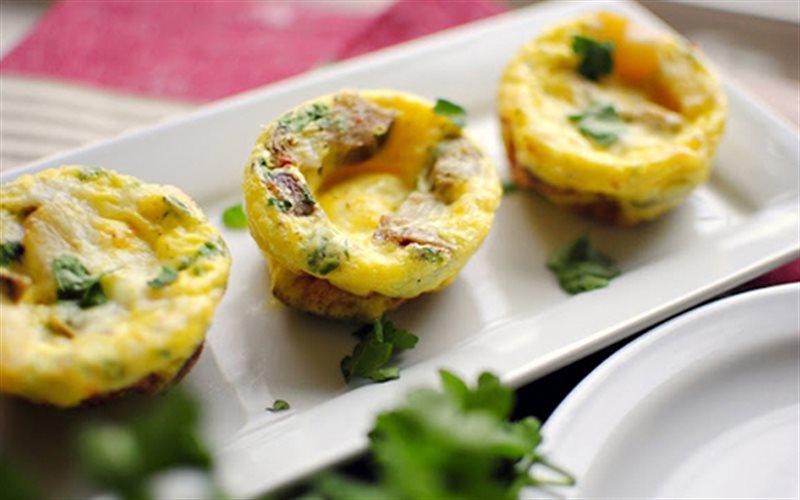 Cách Làm Bánh Trứng Xúc Xích Đơn Giản Cho Bữa Sáng