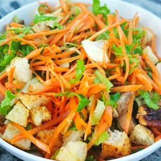 Salad ức gà bánh mì