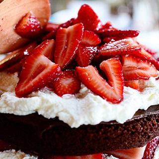 Cách làm Bánh Kem Chocolate Dâu Tây mang đi tặng người thân