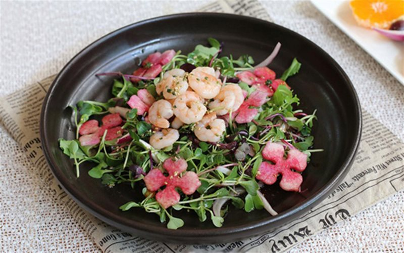 Cách làm Salad Tôm Hành Tây Củ Cải đơn giản cho bữa tiệc
