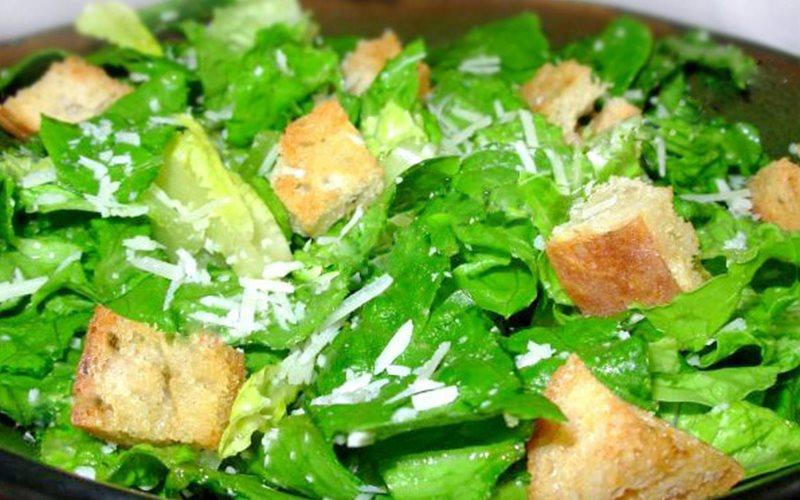 Cách làm Salad Caesar phô mai kiểu Ý đơn giản tại nhà