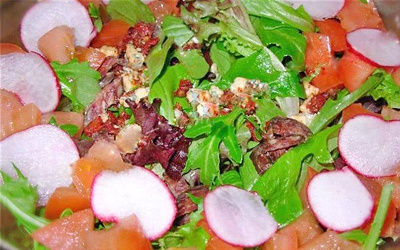 Cách Làm Salad Cà Chua Với Thịt Bò Khô Giòn Mát