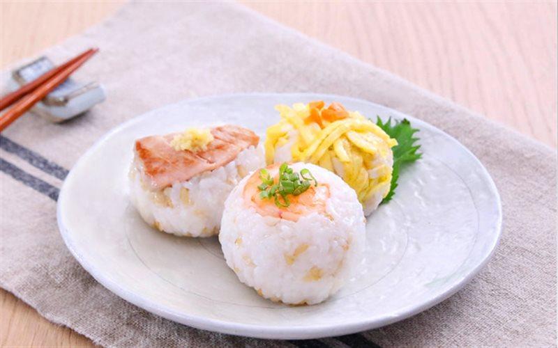 Cách làm Cơm Nắm Cá Ngừ thơm ngon bổ dưỡng cho gia đình