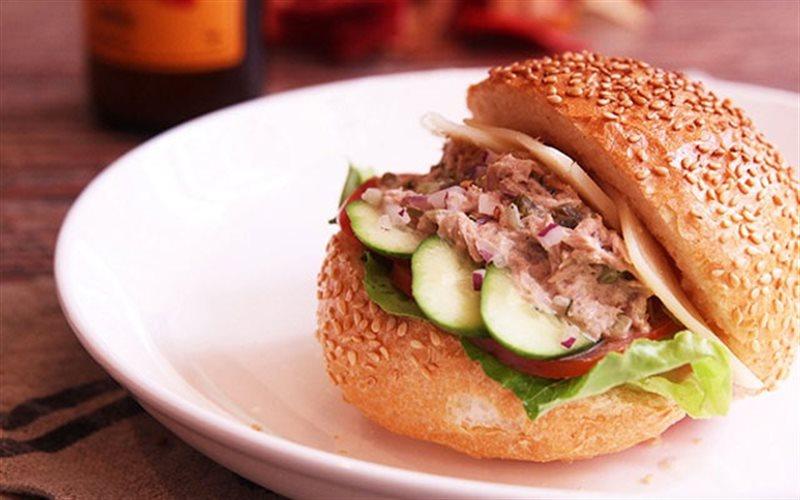 Cách làm Bánh Mì Kẹp Salad Cá Ngừ thơm ngon để dành ăn sáng